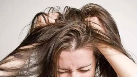 头发出油干枯怎么办?